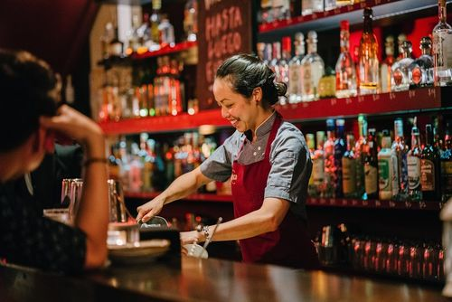 Vrouw achter de bar