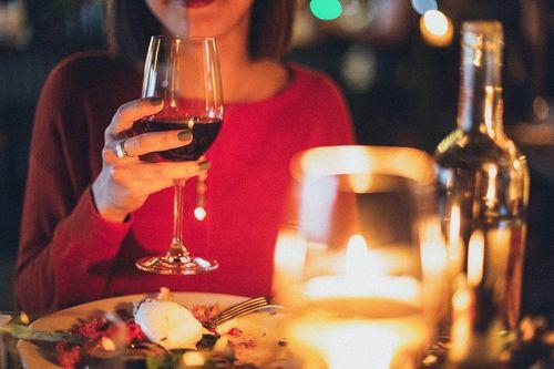 Vrouw met glas wijn