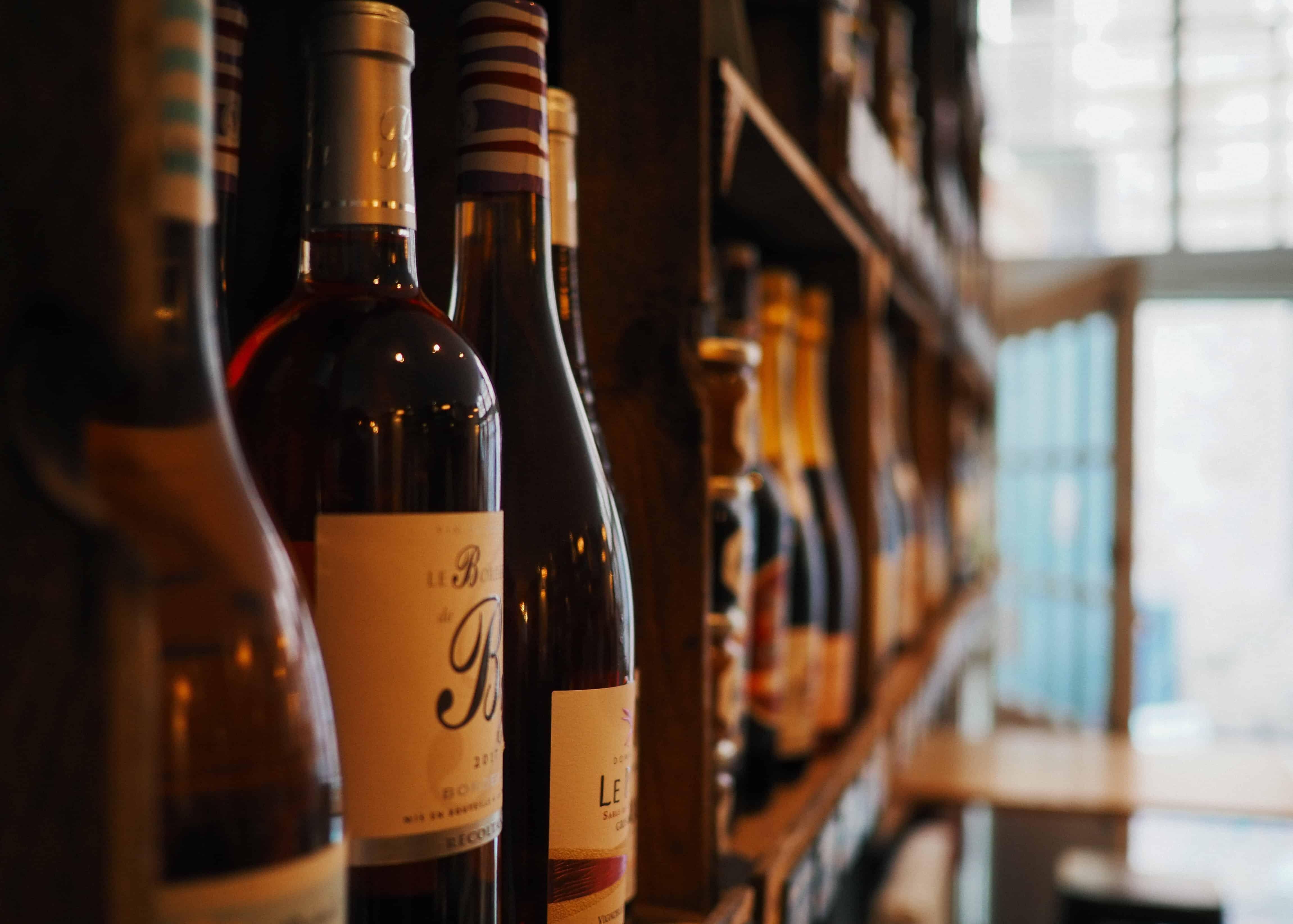 Flessen wijn in kast