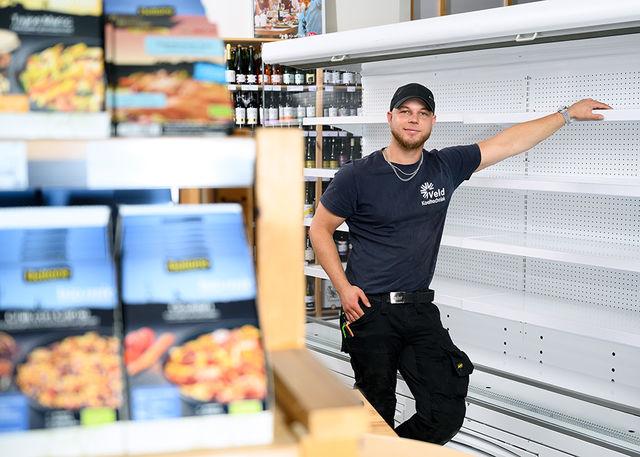 Koelmonteur bij koelmeubel supermarkt