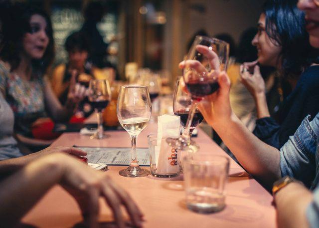 Mensen drinken wijn aan tafel